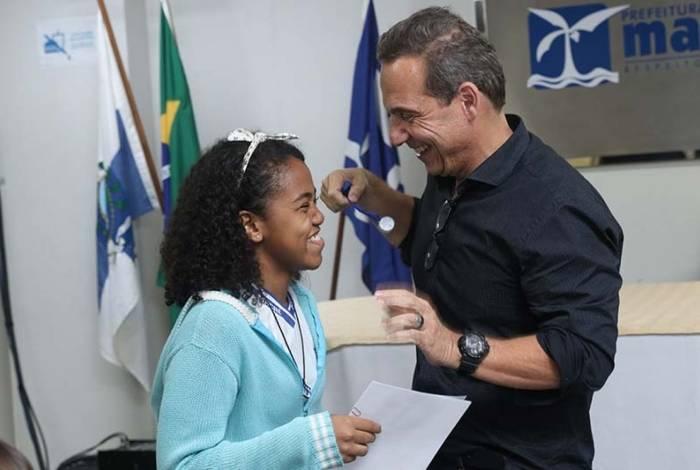 O prefeito de Macaé, Dr. Aluizio, entrega os certificados dos contemplados do Programa Bolsa Escola, no auditório Claudio Ulpiano, na Cidade Universitária