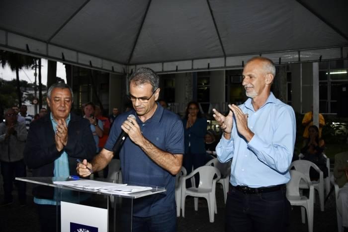 Prefeito Rogério Lisboa durante assinatura do projeto de lei que propõe a criação da Guarda Municipal