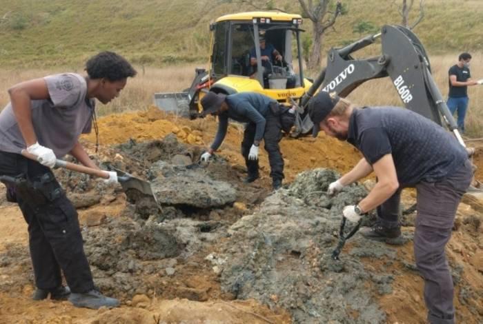 Cemitério clandestino em Queimados foi encontrado após denúncia anônima