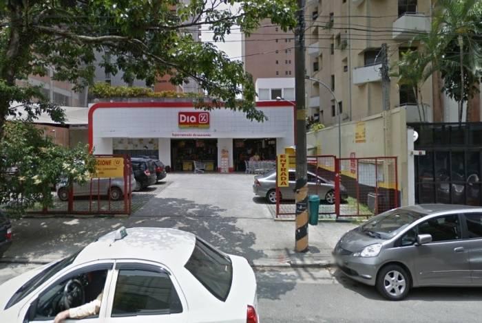 Cobertura de fachada de supermercado cai sobre homem em São Paulo