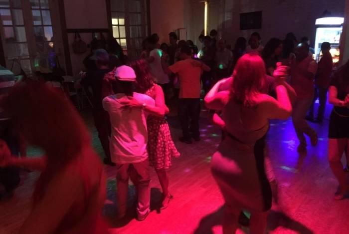 Baile da (Re)Volta da Gafieira: galera se acabando no salão