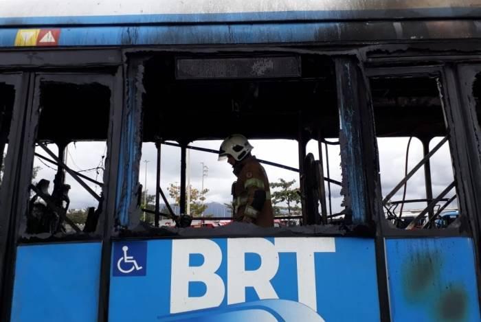 BRT pegou fogo no Terminal Alvorada, na Barra da Tijuca