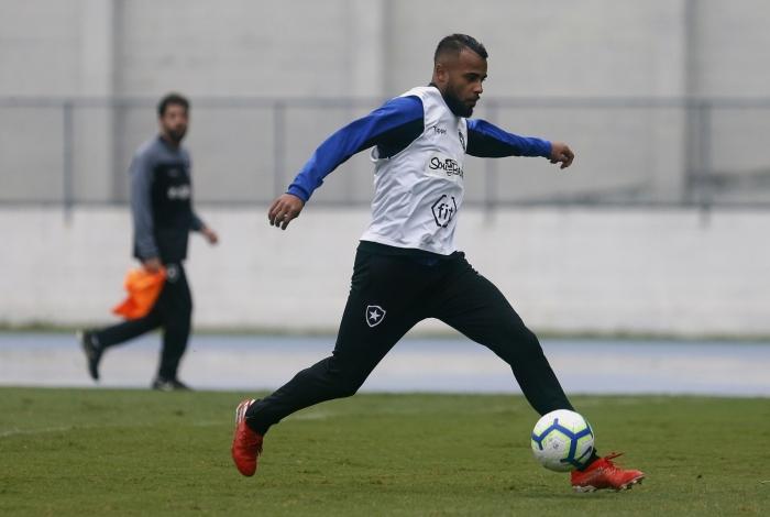 O volante Alex Santana é o artilheiro do Botafogo com nove gols