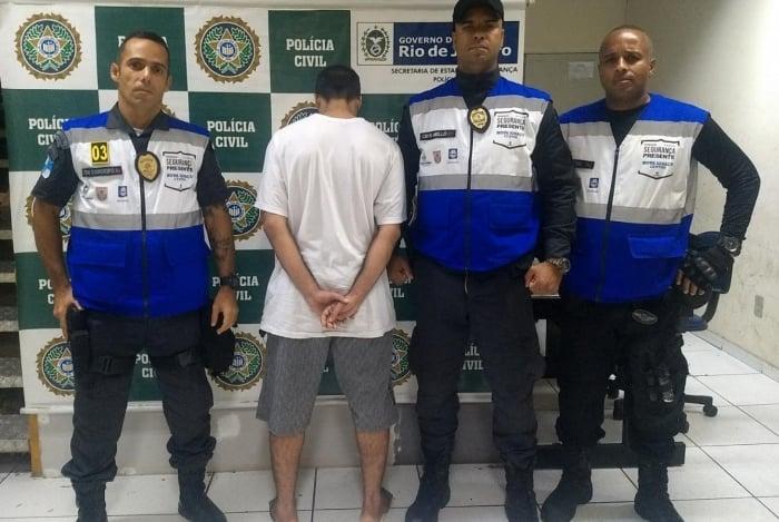 PMs conduziram o suspeito para a 52ª DP (Nova Iguaçu), onde o caso foi registrado