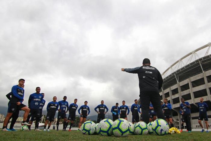 Barroca conversa com o elenco do Botafogo