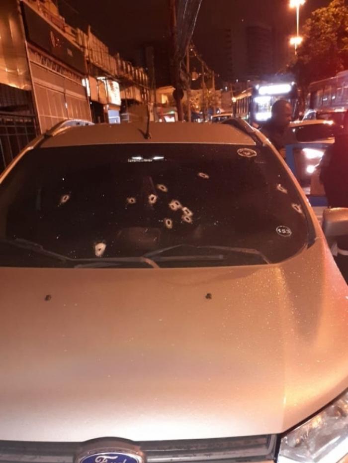 Carro do policial foi alvejado durante tentativa de assalto