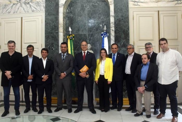 Witzel (gravata vermelha), o vice Cláudio Castro (ao lado do governador) e nove deputados