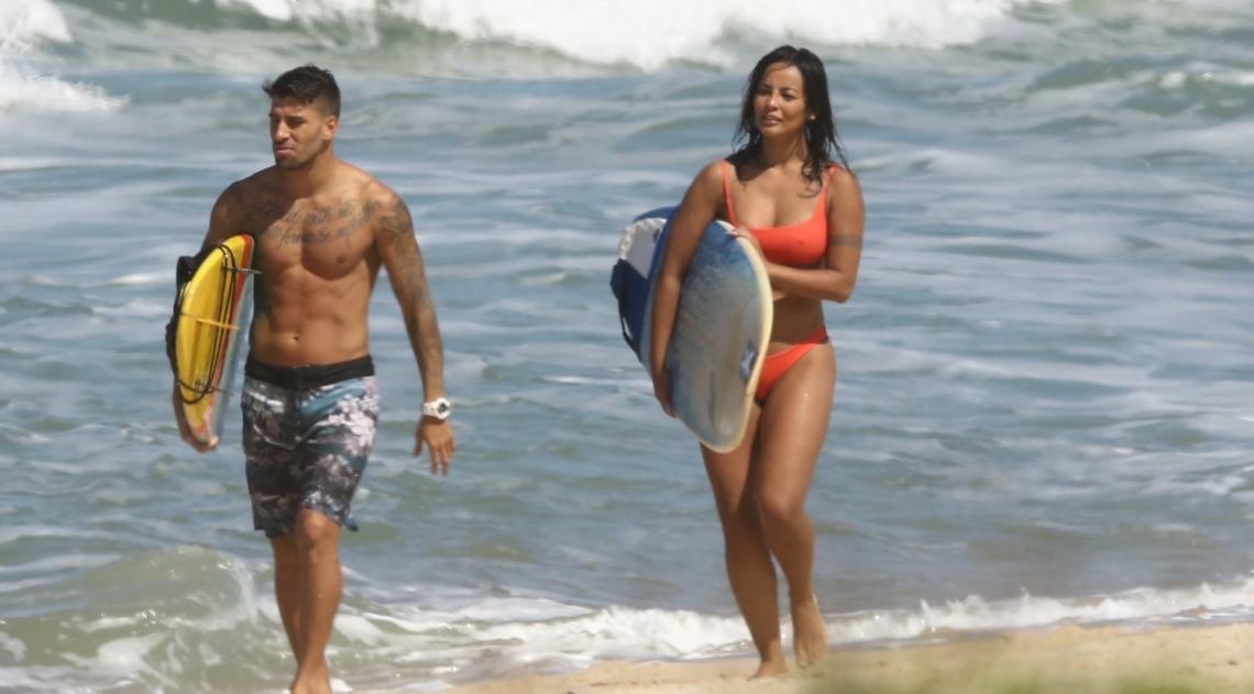 Carol Nakamura exibe corpão em dia de surfe
