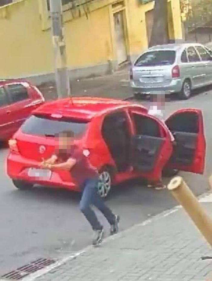 Homem usa dedo indicador para fingir que estava armado