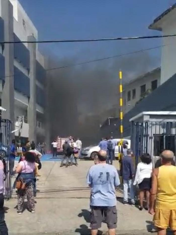 Carro pega fogo no estacionamento do Colégio Pedro II de São Cristóvão, Zona Norte do Rio