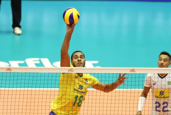 O ponteiro Lucarelli em ação pela seleção brasileira de vôlei