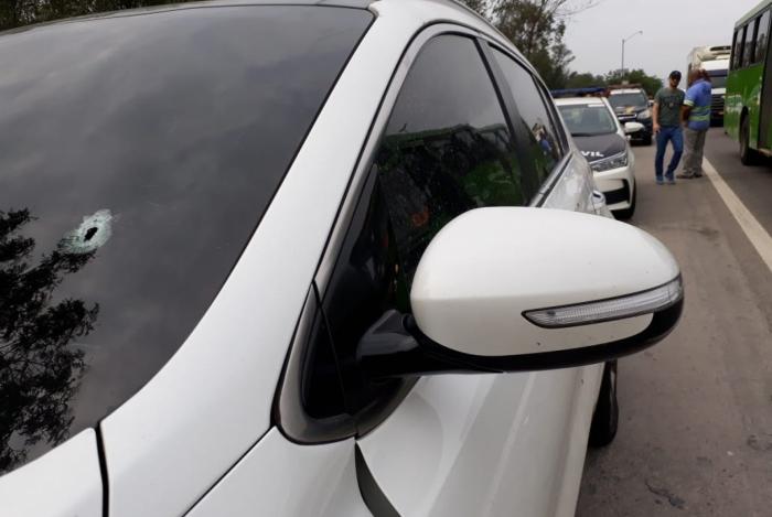 Carro em que estava casal ficou cheio de marcas de tiros na Rodovia Washington Luiz, em Caxias. Mulher de 19 anos acabou morta