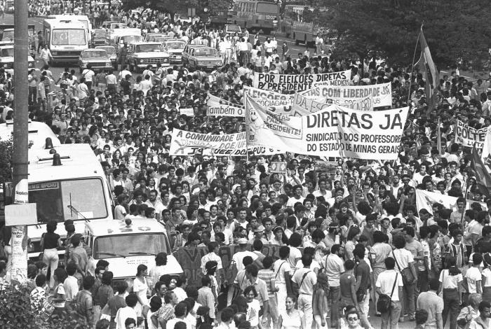 Do alto do prédio, Prates fotografou, no meio da multidão, os ônibus e as viaturas do batalhão de choque da Polícia Militar, que acompanharam o protesto com centenas de militares. Marcelo Prates/Divulgação
