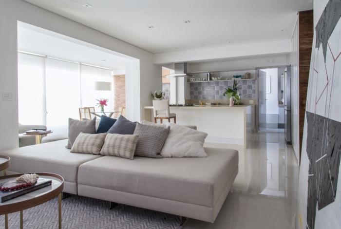 As superfícies, assim como todo o mobiliário, são confeccionadas em tons neutros, fornecendo uma percepção de tranquilidade e leveza