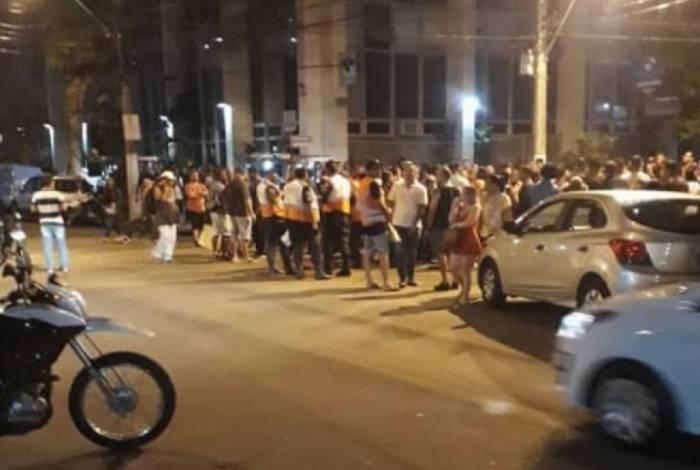 Multidão se aglomera em frente ao Plaza Shopping, após confronto entre polícia e bandidos