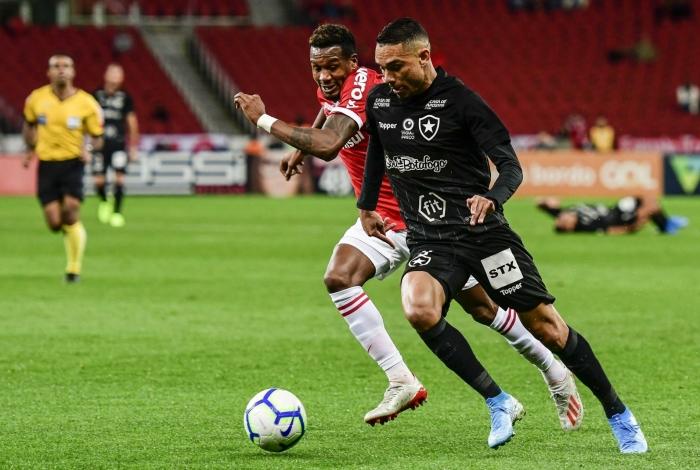 Luis Fernando disputa a bola com Edenílson; o Alvinegro teve boa atuação, apesar da derrota