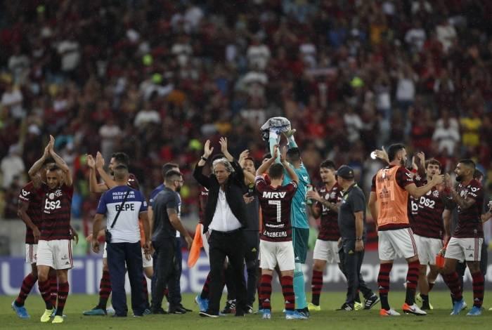 Torcida do Flamengo aplaude o time