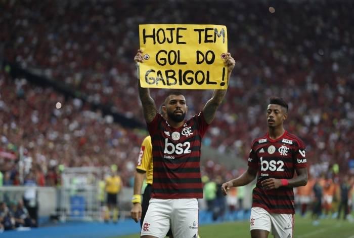 Gabigol comemora segurando o cartaz de um torcedor