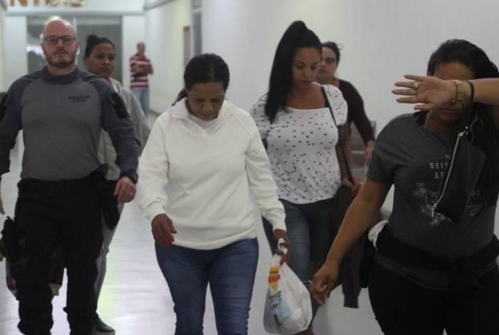 Esposa de Celsinho da Vila Vintém (ao centro) chega à Cidade da Polícia. Ela foi presa dentro de casa