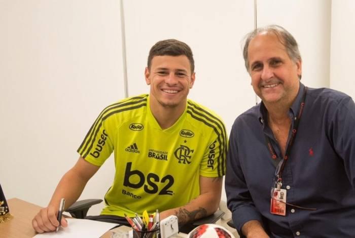 Hugo Moura renova contrato com o Flamengo