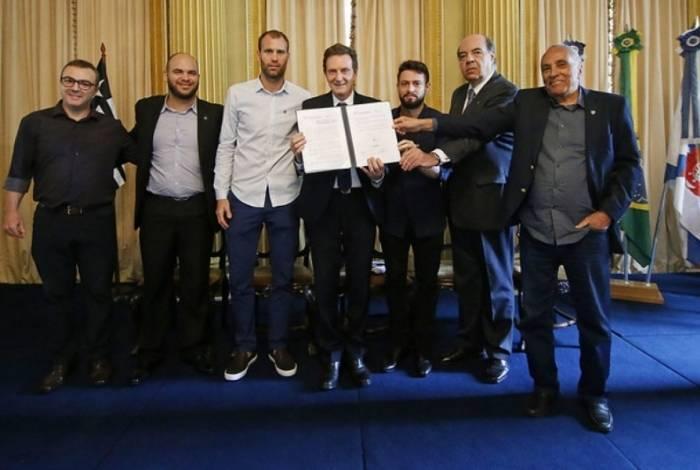 Crivella exibe contrato assinado com o Botafogo. Cerimônia contou com Muffarej, além de Carli e João Paulo