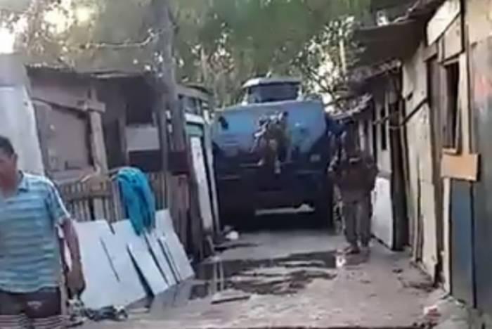 Momento exato em que o caveirão da Polícia Militar arrasta fiação e barracos na comunidade, na terça-feira passada