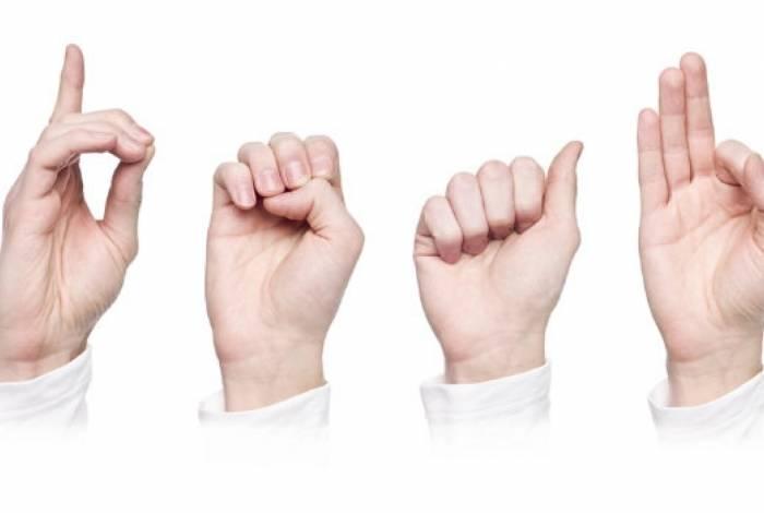 Libras é um conjunto de formas gestuais utilizado por deficientes auditivos para a comunicação