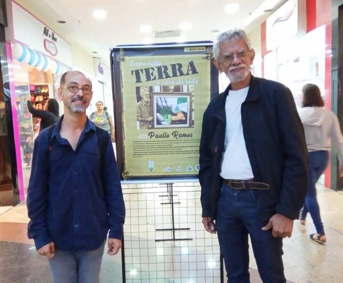 Paullo Ramos ( o mais alto) e Márcio Leandro, roteirista de documentário sobre o artista, na abertura da exposição