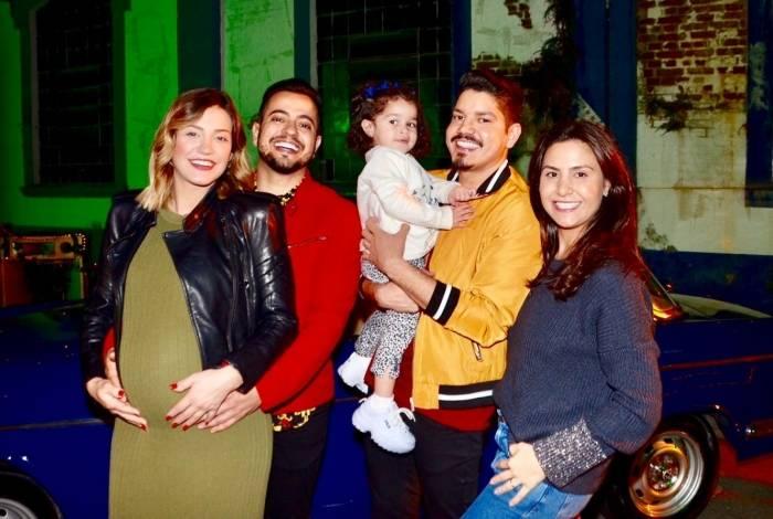 Raissa Naves, noiva de Henrique e grávida de 9 meses da Luiza, primeira filha do casal, e Annaí, esposa de Diego, com a princesa Clara, de 2 aninhos.