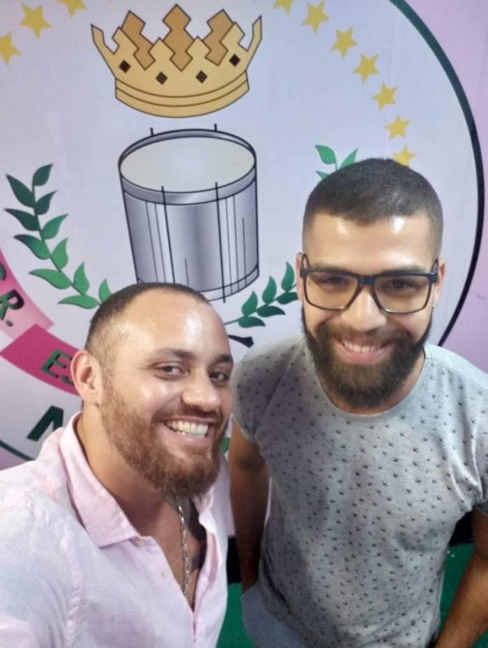 Carnavalesco da Caprichosos, Bruno (à direita) ao lado de Leandro Vieira, campeão pela Mangueira