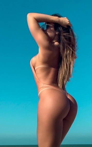 Denise Dias exibe suas curvas em fotos de lingerie