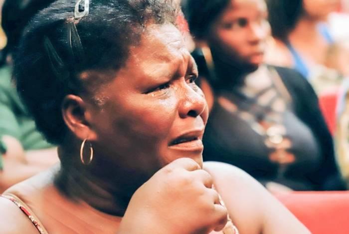 Contemplados no sorteio do programa Minha Casa, Minha Vida se emocionam ao ouvir seus nomes na apresentação feita no Teatro Trianon, em Campos