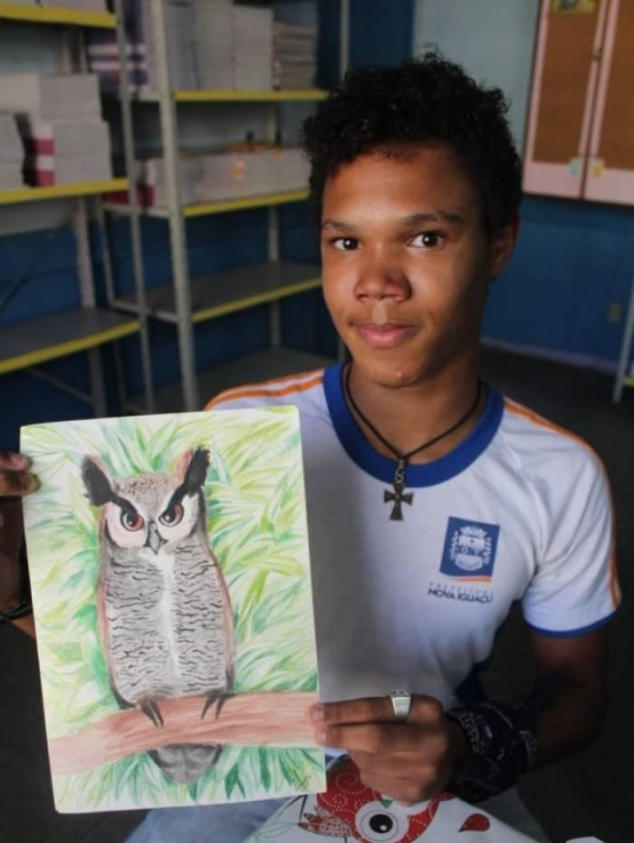 Adolescente de Nova Iguaçu esbanja talento com desenhos realistas