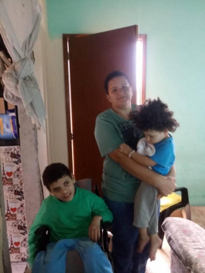 Cláudia Cristina Bento do Nascimento com os filhos Nicolas, de 10 anos, e Davi Luccas, de 2