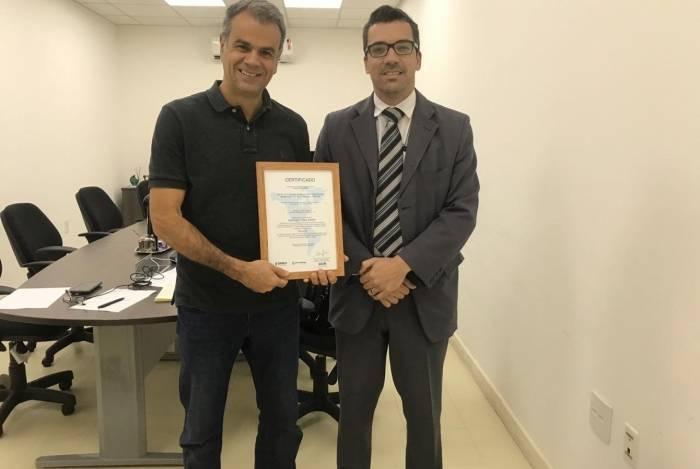 Prefeito Rogerio Lisboa recebe o certificado junto com o presidente do Previni