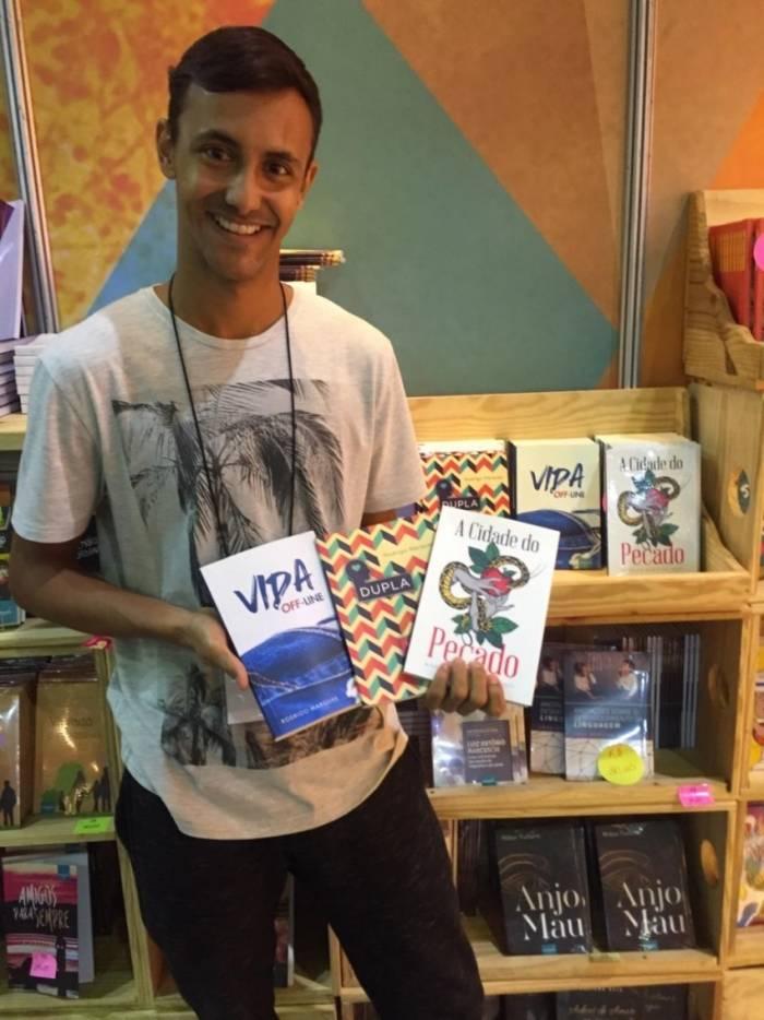 Veterano entre os professores escritores iguaçuanos, Rodrigo Marques apresentou o livro 'A Cidade do Pecado', terceiro lançado na bienal