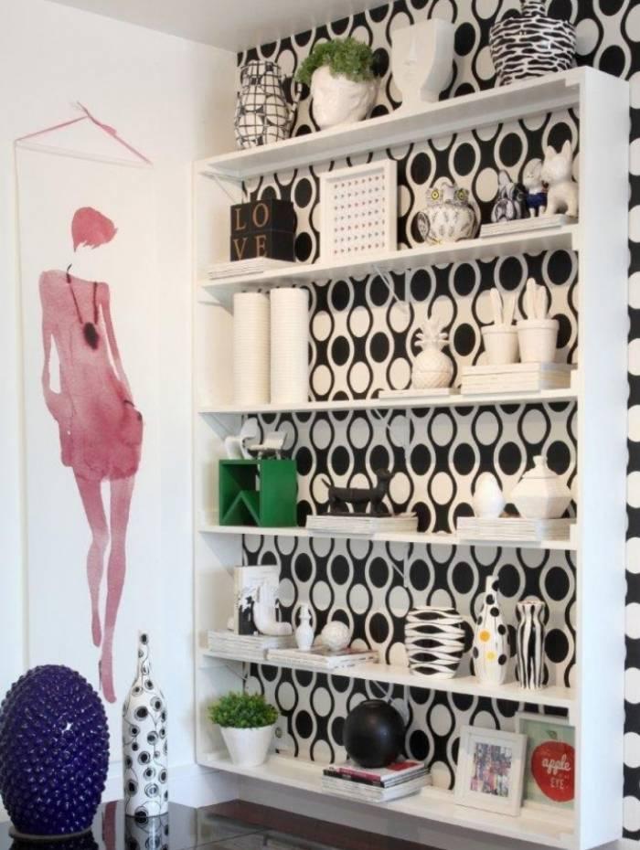 Neste projeto, a antiga cama de um casal foi transformada numa estante para decorar a sala do lar