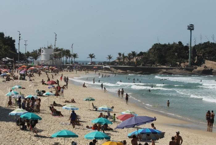 Cariocas aproveitam o sol na praia do Arpoador