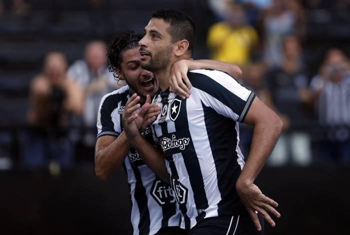 Diego Souza comemora gol com Marcinho