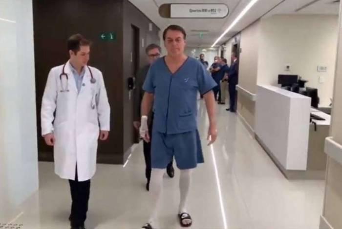 Bolsonaro caminha pelo corredor do hospital