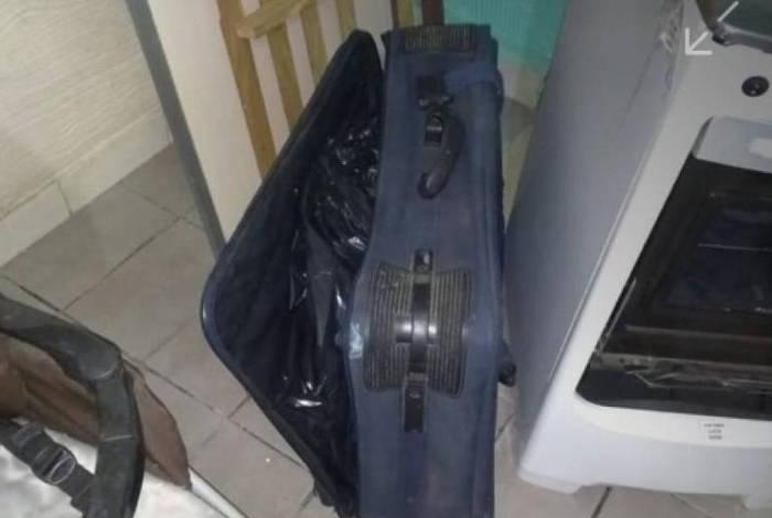 Policiais foram chamados pelo pai da vítima, um pedreiro de 56 anos, e encontraram a criança morta dentro de uma mala de viagem na sala