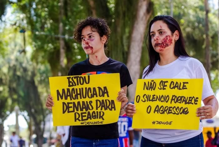 Integrantes da Rede de Proteção à Mulher conscientizam a população no lançamento da Patrulha Maria da Penha com policiais do 32º Batalhão de Macaé