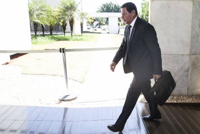 Presidente em exercício Hamilton Mourão chega ao prédio da Vice-presidência