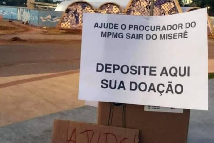 Cartaz ironiza procurador que reclamou de salário de R$ 24 mil