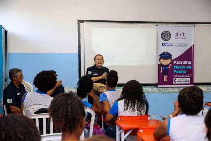 Integrante da Patrulha Maria da Penha explica aos alunos os tipos de violência doméstica