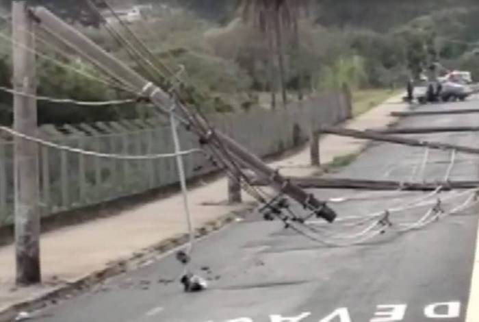 Onze postes são derrubados por batida de carro em Franca, em São Paulo