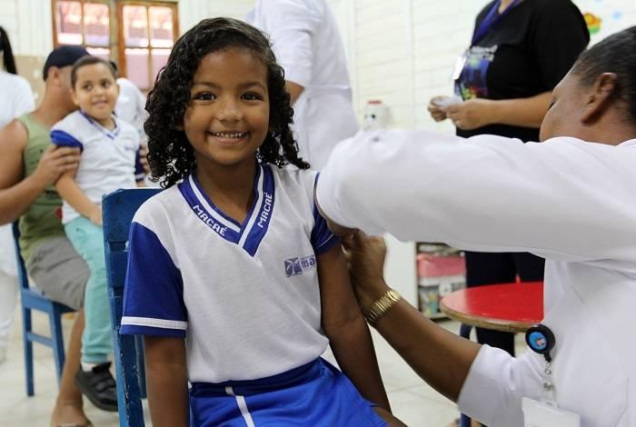Aluna da escola municipal Anna Benedicta da Silva Santos, em Macaé, é imunizada contra os quatro tipos de meningite