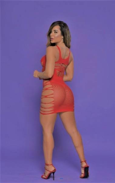Denise Dias exibe suas curvas de lingerie