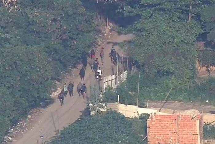 Bandidos fugiram por região de mata da comunidade
