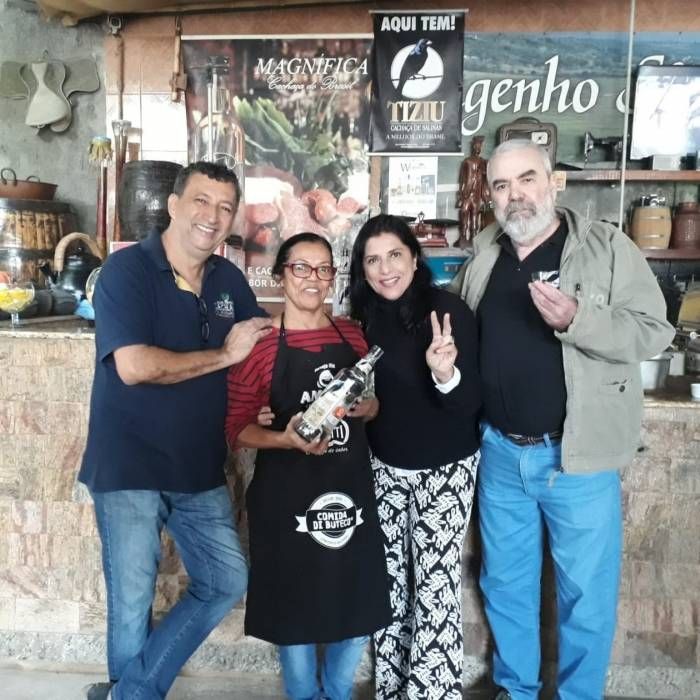 Mussarela, Maria Lúcia, Rita e o marido Tito Moraes, fabricante da cachaça Tiziu